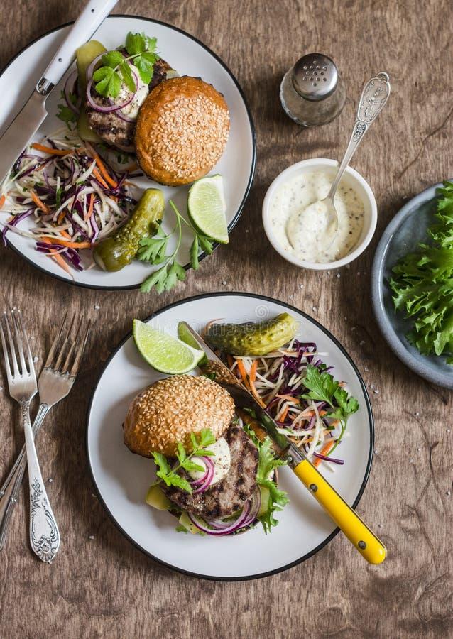 Abendtisch - selbst gemachte Burger und Kohlsalat Beschneidungspfad eingeschlossen lizenzfreies stockfoto