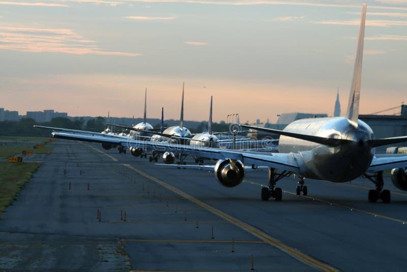 Abendverkehr am Flughafen stockfotografie