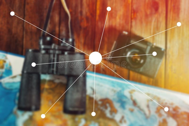 Abenteuer-Reise-Reise-Pfadfinder Journey Concept Weinlese-Film-Kamera, Karte und Ferngläser auf Holztisch, flacher Lage-Punkt lizenzfreies stockfoto