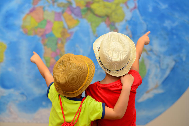 Abenteuer- und Reisekonzept Glückliche Kinder träumen über Reise, Ferien lizenzfreie stockfotos