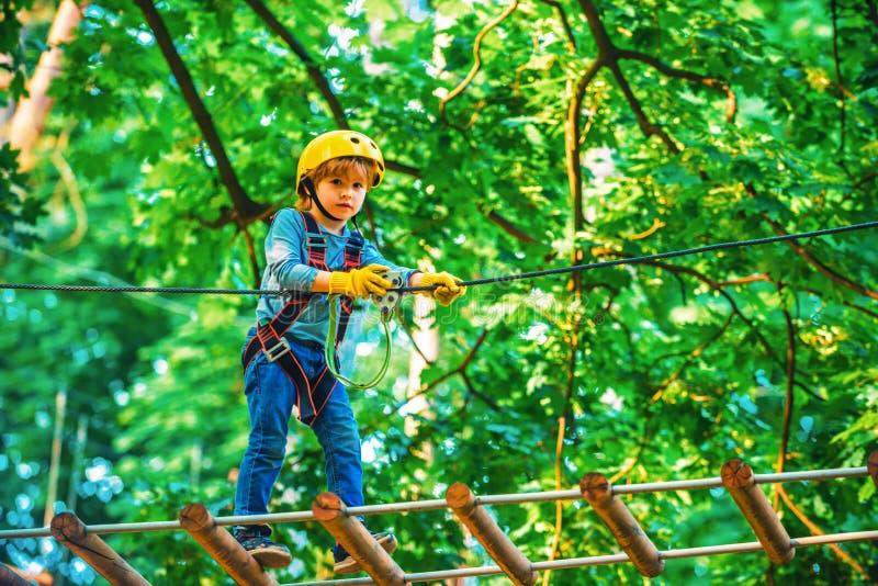 Abenteuer und Reisen für Kinder Abenteuer Klettern Hochseilgarten Frühkindliche Entwicklung Kletterkinder stockbild