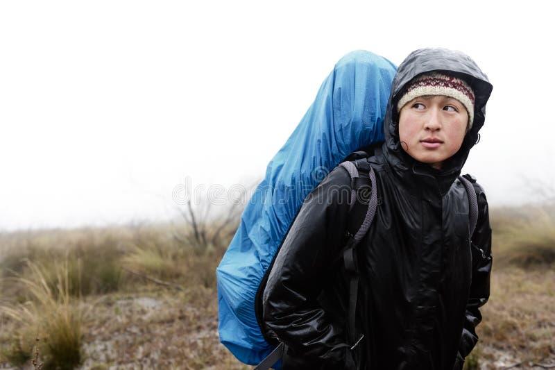 Abenteuerexpedition-Regen-Wanderung stockbild