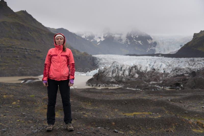 Abenteuerfrau durch Gletschernatur auf Island  lizenzfreies stockbild