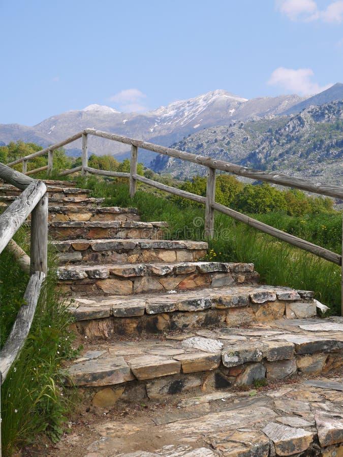 Abenteuergebirgshintergrund mit Steinschritten lizenzfreies stockbild