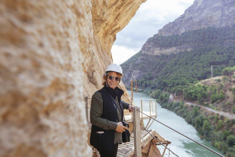 Abenteuerliche Frau mit dem Sturzhelm, der Fotos an ihren Feiertagen macht lizenzfreies stockbild
