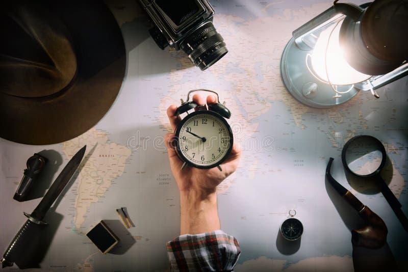 Abenteuerplanung nahe flacher Lage der Gaslampe Atmosphärischer alter Gang auf Karte Reisender, Forscherhand im Rahmen, der große lizenzfreie stockbilder