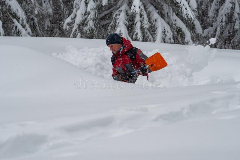 Abenteurer gräbt eine Höhle im Schnee während Schneefälle stockfoto