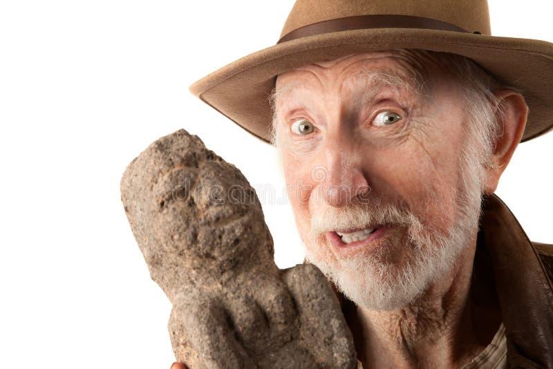 Abenteurer oder Archäologe mit Idol lizenzfreies stockbild