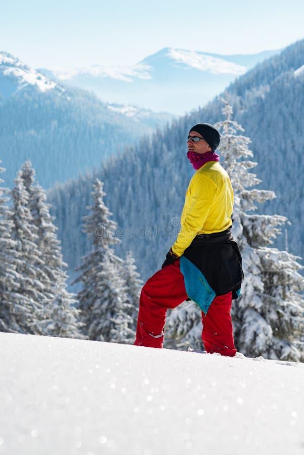 Abenteurer steht in den Winterbergen lizenzfreie stockfotografie