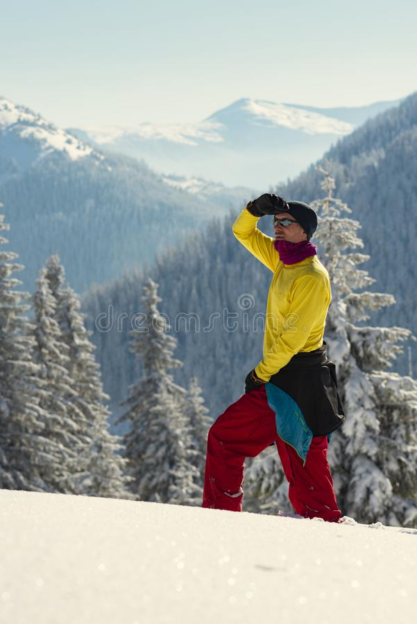 Abenteurer steht in den Winterbergen stockfoto