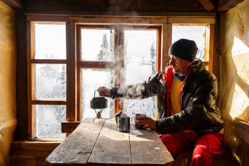 Abenteurer trinkt Kaffee und das Träumen stockbild