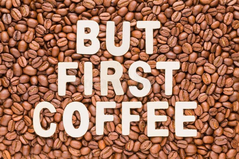 Aber erster Kaffee - Röstkaffeebohnenhintergrund lizenzfreie stockfotos
