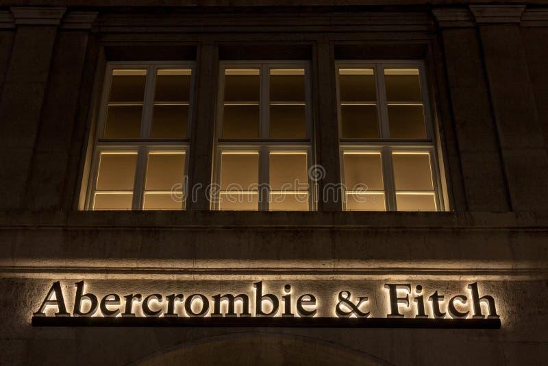 Abercrombie & Fitch-embleem op hun hoofddiewinkel van München bij nacht wordt genomen Abercrombie & Fitch zijn Amerikaanse detail royalty-vrije stock foto's