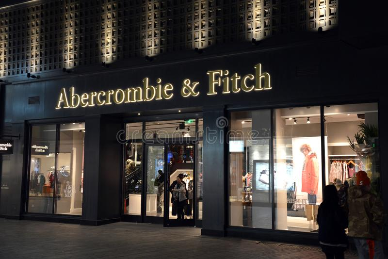Abercrombie & Fitch in Peking, China bij nacht stock afbeeldingen