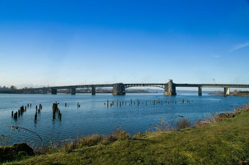 Aberdeen Washington/USA - mars 10, 2018: Bro för bascule för kaningårddäckbråckband över den Chehalis floden på USA 101 i Aberdee royaltyfri fotografi