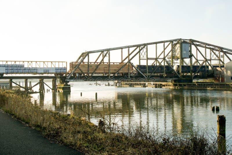 Aberdeen Washington/USA - mars 10, 2018: Puget Sound & den Stillahavs- bron för den järnvägWishkah floden är en viktig del av Gra royaltyfria foton