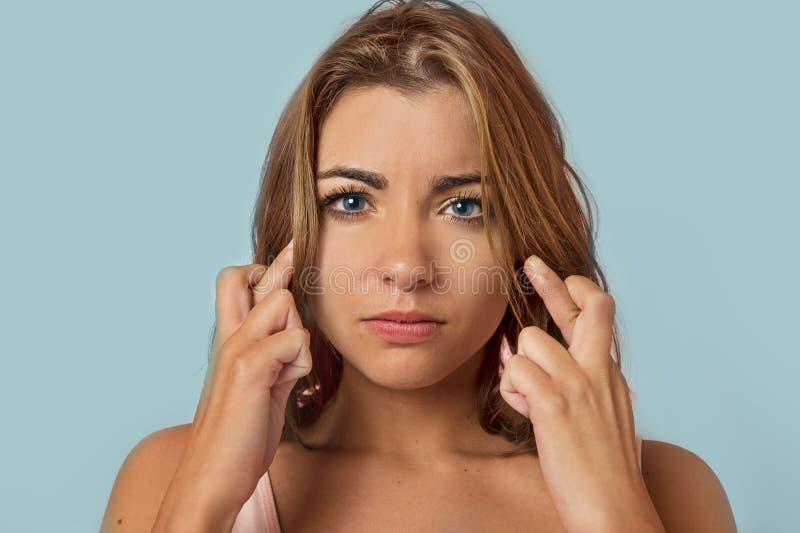 Abergläubische schöne und süße blonde Frau mit Kundenberaterin der blauen Augen lizenzfreies stockfoto