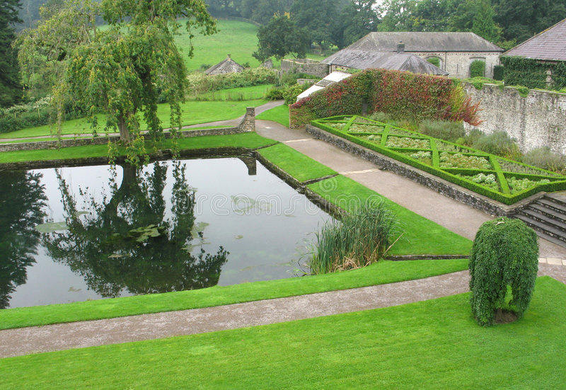 aberglasney庭院池英国威尔士 免版税库存图片