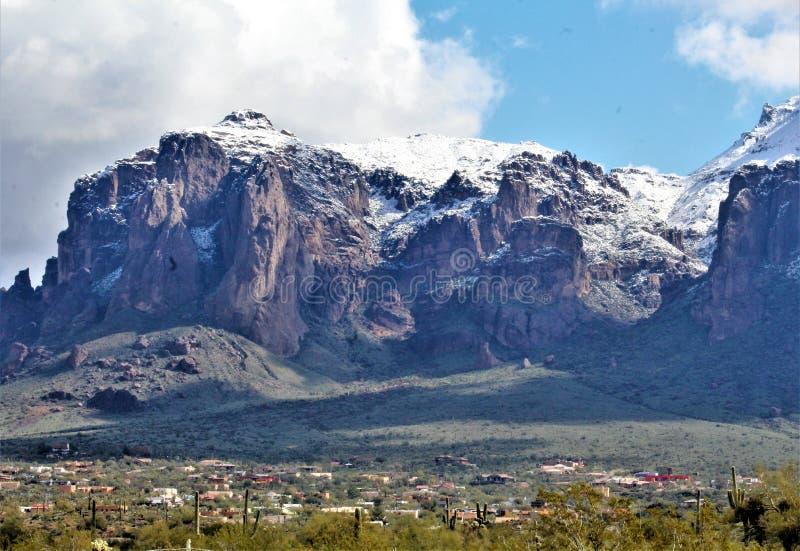 Aberglaube-Berge Arizona, Tonto-staatlicher Wald, Apache-Kreuzung, Arizona, Vereinigte Staaten stockfotos