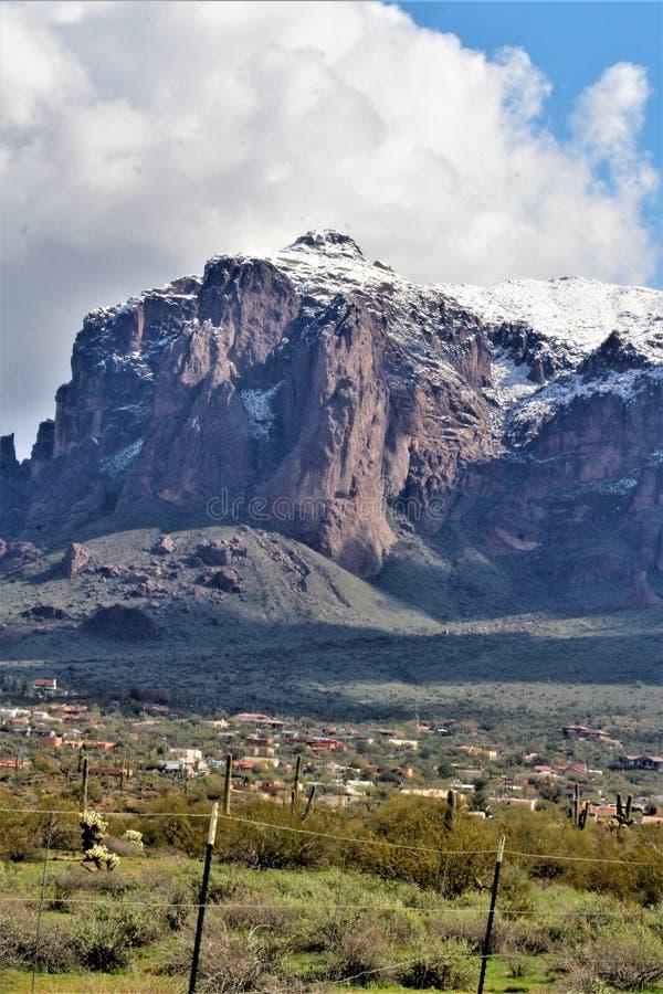 Aberglaube-Berge Arizona, Tonto-staatlicher Wald, Apache-Kreuzung, Arizona, Vereinigte Staaten stockfotografie