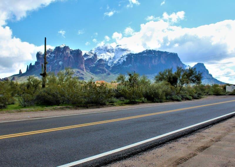 Aberglaube-Berge Arizona, Tonto-staatlicher Wald, Apache-Kreuzung, Arizona, Vereinigte Staaten stockbild
