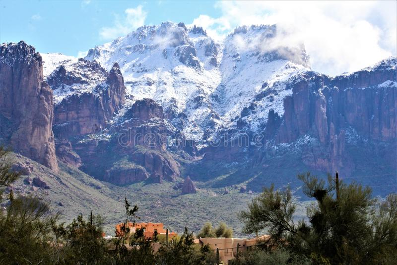 Aberglaube-Berge Arizona, Tonto-staatlicher Wald, Apache-Kreuzung, Arizona, Vereinigte Staaten lizenzfreie stockfotos