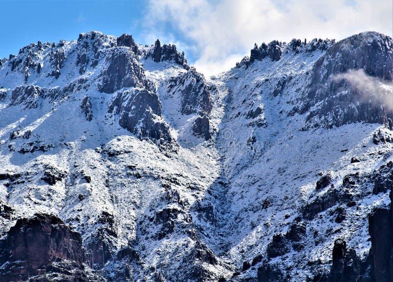 Aberglaube-Berge Arizona, Tonto-staatlicher Wald, Apache-Kreuzung, Arizona, Vereinigte Staaten lizenzfreie stockbilder