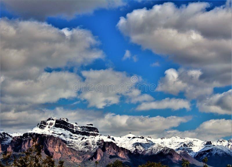 Aberglaube-Berge Arizona, Tonto-staatlicher Wald, Apache-Kreuzung, Arizona, Vereinigte Staaten lizenzfreies stockfoto