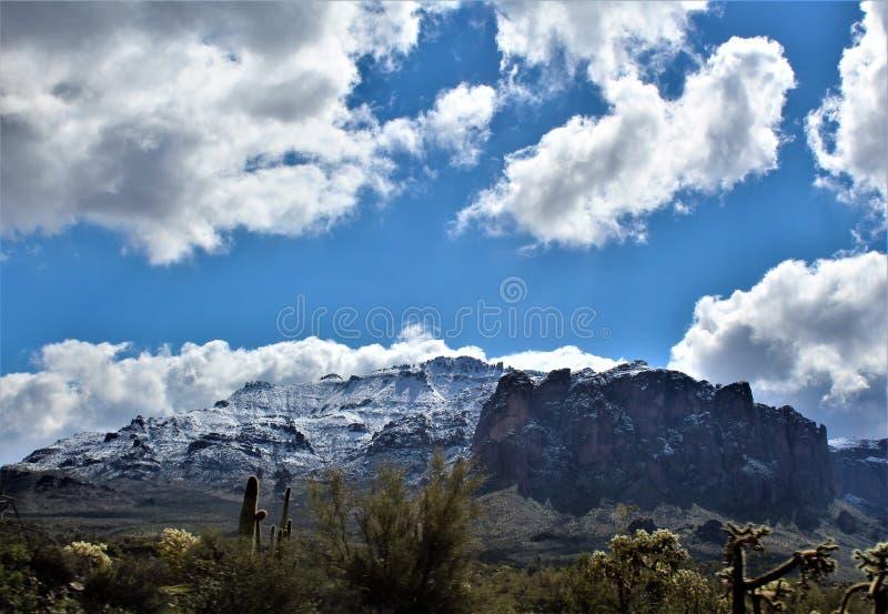 Aberglaube-Berge Arizona, Tonto-staatlicher Wald, Apache-Kreuzung, Arizona, Vereinigte Staaten stockbilder