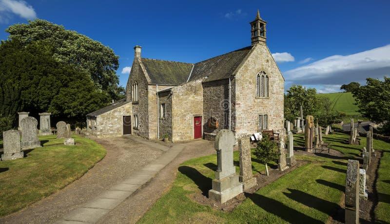 坟园和教堂的看法在Aberlemno在安格斯,苏格兰 免版税库存图片
