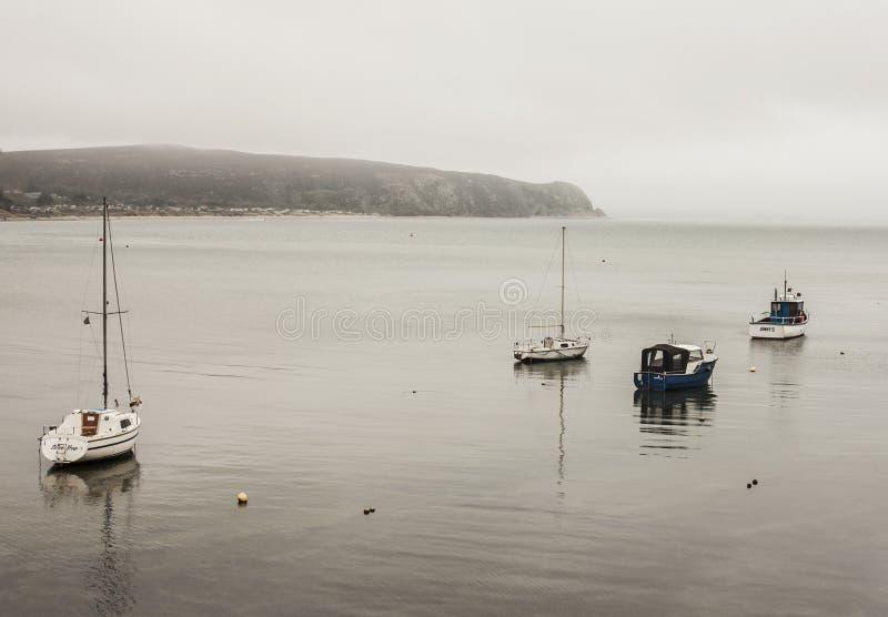 Abersoch, Gales norte, o Reino Unido - barcos no aço-como a água fotos de stock
