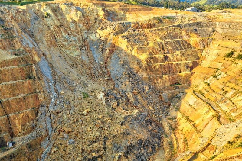 Aberto - mina de ouro do molde Vista no poço fotografia de stock