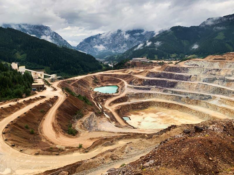 Aberto - molde que mina Erzberg, Áustria foto de stock