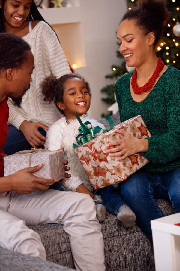 Abertura afro-americana da família atual no Natal foto de stock royalty free