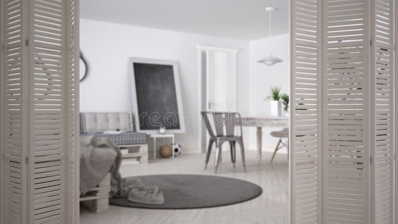 Abertura branca da porta de dobramento na sala de visitas minimalistic escandinava com sofá da pálete e mesa de jantar do vintage imagens de stock royalty free