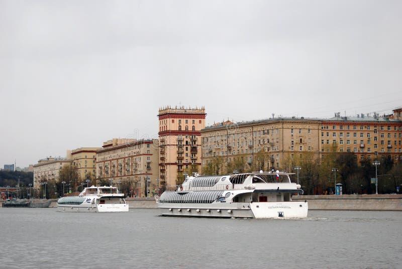 Abertura da estação da navegação em Moscou Parada dos navios de cruzeiros fotografia de stock
