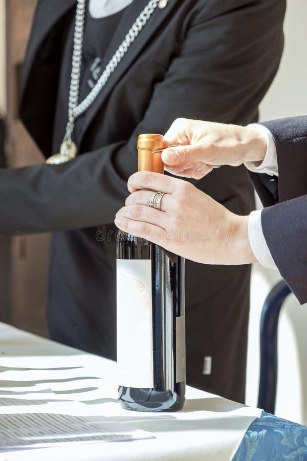 Abertura da garrafa da degustação de vinhos Imagem da cor foto de stock