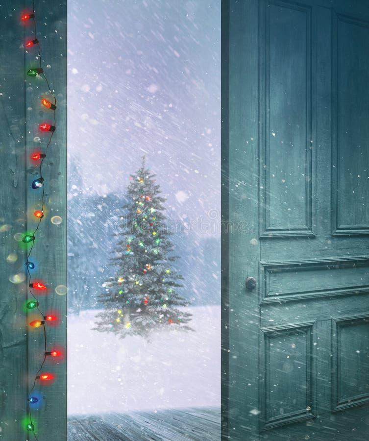 Abertura da porta fora a uma cena nevado do inverno imagens de stock