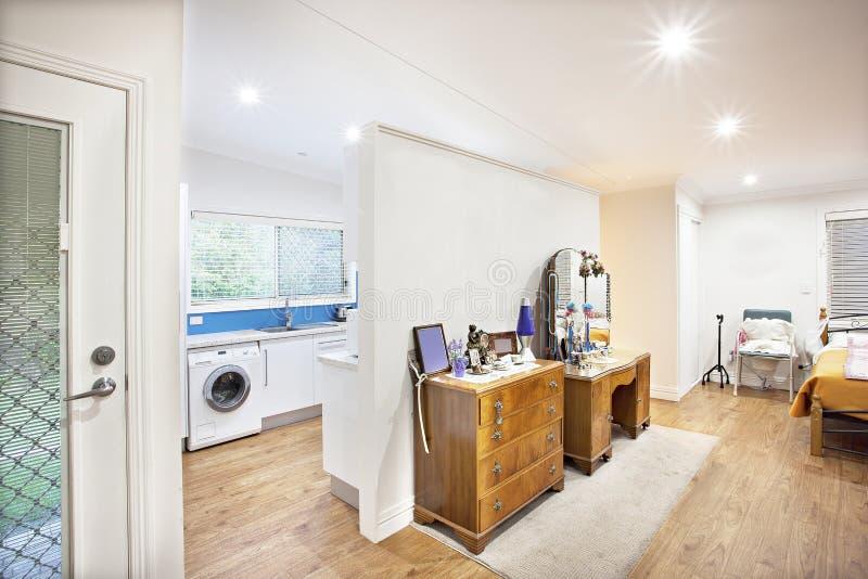 Abertura do quarto a uma cozinha cabida foto de stock