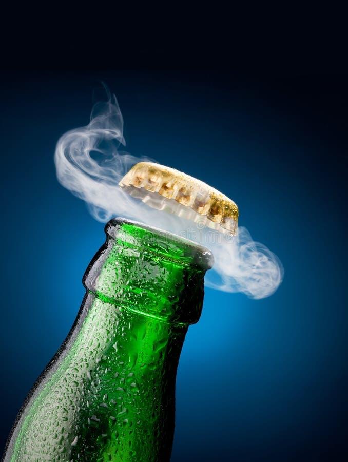 Abertura do tampão da cerveja imagens de stock