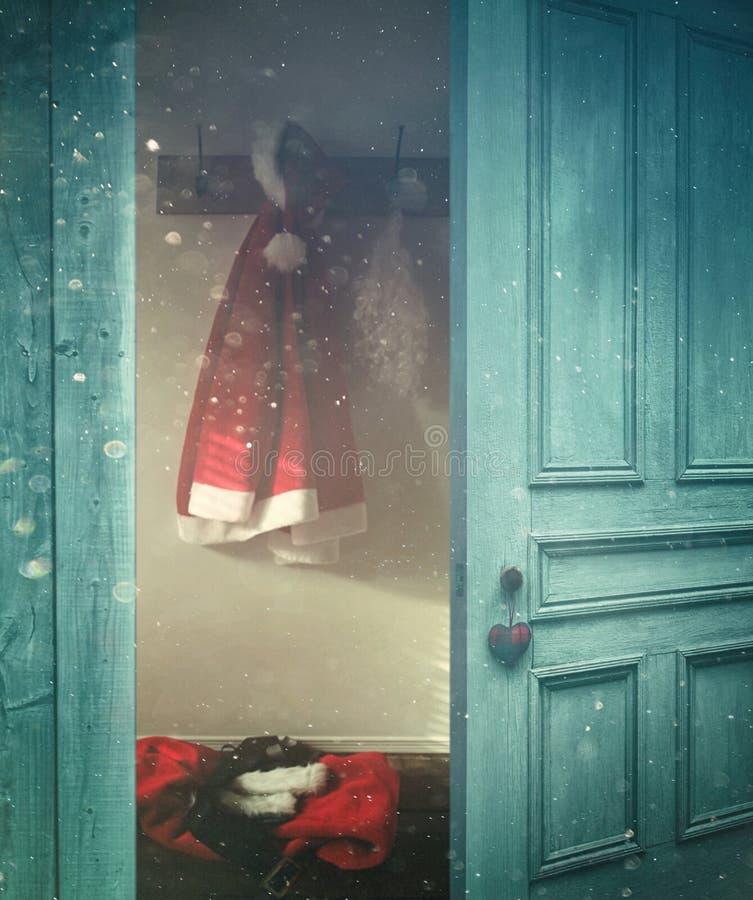Abertura rústica da porta em uma sala decorada para o Natal imagens de stock royalty free