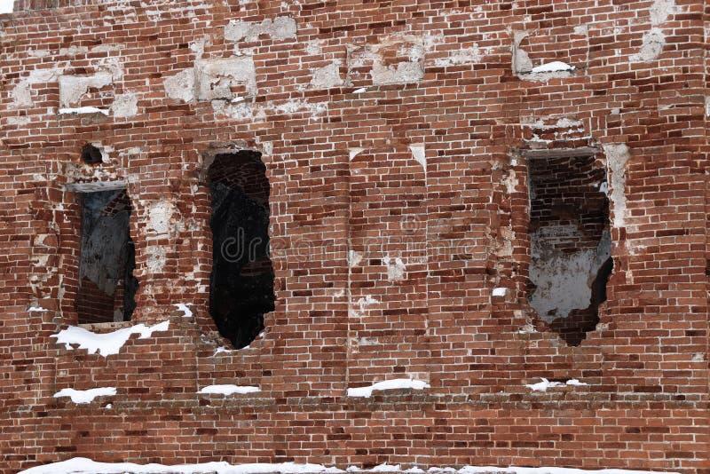 Aberturas destruidas de la ventana en la pared roja imagen de archivo libre de regalías