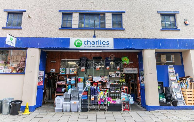 Aberystwyth, Wales/het UK - 20 Juli 2019 - Charlies-winkelvoorzijde Charlies is een opslag verkopende punten voor het huis, tuin, royalty-vrije stock fotografie