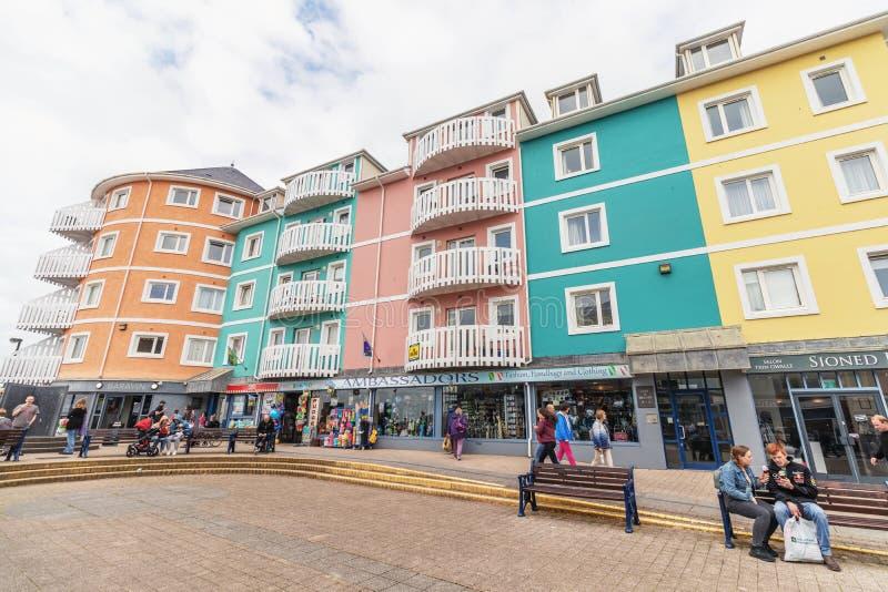 Aberystwyth, Walia, UK Colourful domy i sklepy dennym przodem w nadmorski miasteczku Aberystwyth,/- Lipiec 20th 2019 - obrazy stock