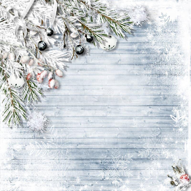 Abeto da neve do Natal com azevinho, sinos de tinir, flocos de neve em w imagens de stock