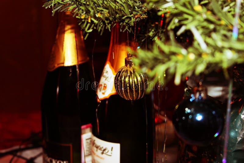 Abeto del Año Nuevo con los juguetes y el champán fotos de archivo libres de regalías