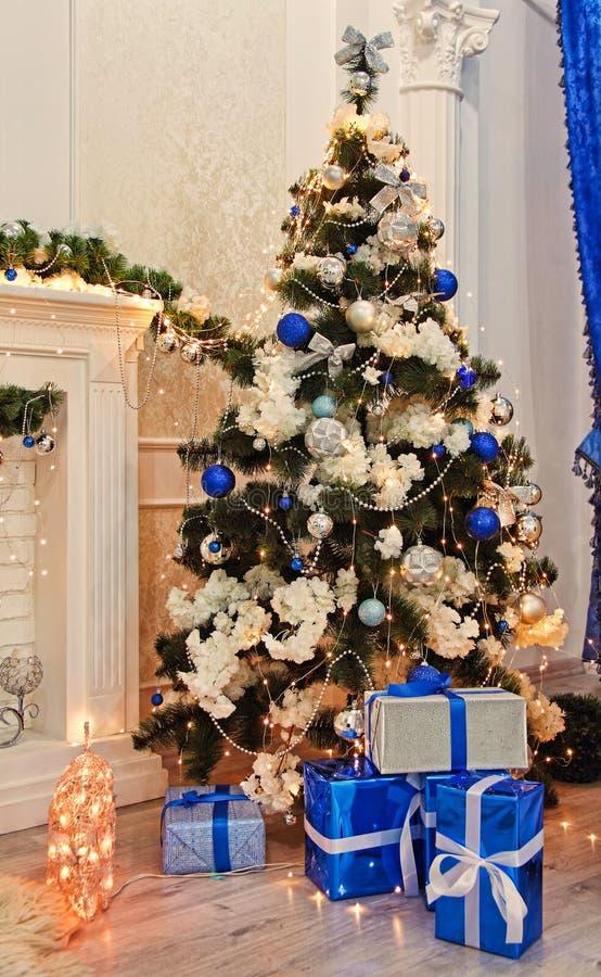 Abeto do Natal, decorações do Natal e presentes perto da chaminé da casa fotografia de stock royalty free