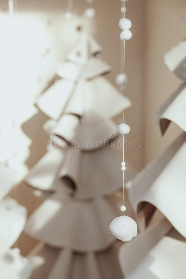 Abeto gris grande hecho del fieltro y de las lanas Composición de la Navidad con la decoración en el fondo blanco Estilo escandin foto de archivo libre de regalías