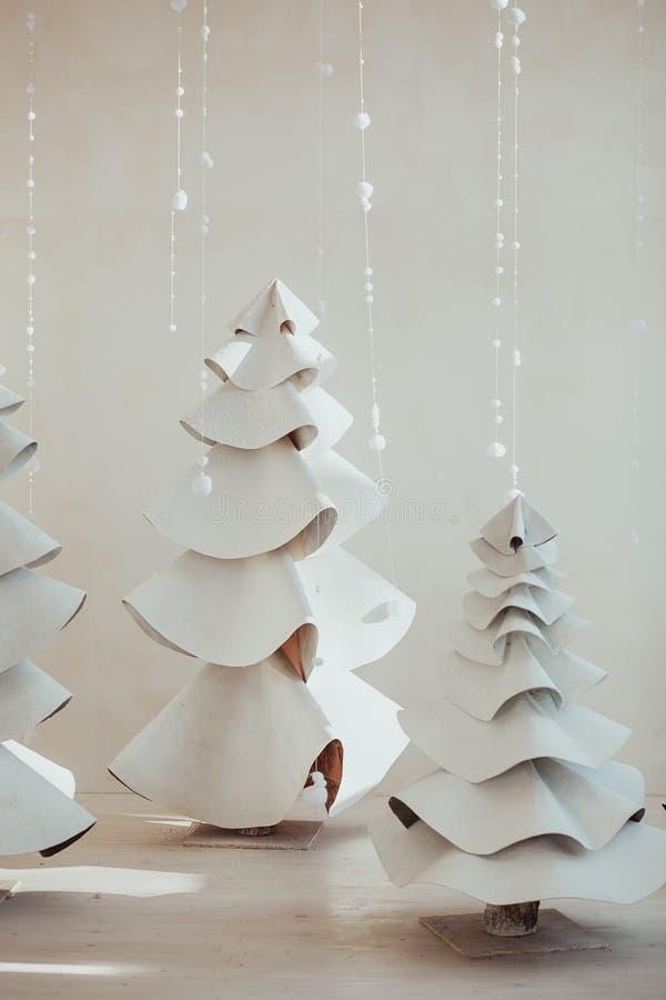 Abeto gris grande hecho del fieltro y de las lanas Composición de la Navidad con la decoración en el fondo blanco Estilo escandin imagenes de archivo
