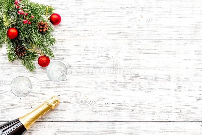 Abeto vermelho, garrafa do champanhe e vidros para a celebração do Natal no modelo de madeira branco da opinião superior do fundo fotos de stock